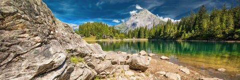 Arnisee med schweiziska fjällängar Arnisee är en behÃ¥llare i kantonen av Uri, Schweiz, Europa arkivbilder