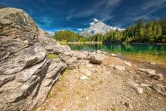 Arnisee med schweiziska fjällängar Arnisee är en behÃ¥llare i kantonen av Uri, Schweiz, Europa fotografering för bildbyråer