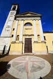 Arno Βαρέζε Ιταλία Solbiate η παλαιά ρυμούλκηση κουδουνιών εκκλησιών πεζουλιών τοίχων Στοκ Φωτογραφίες