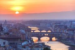 Arno και Ponte Vecchio στο ηλιοβασίλεμα, Φλωρεντία, Ιταλία Στοκ Εικόνα