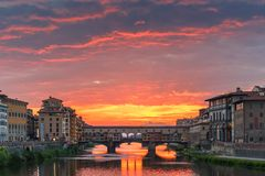 Arno και Ponte Vecchio στο ηλιοβασίλεμα, Φλωρεντία, Ιταλία Στοκ Εικόνες