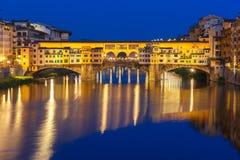 Arno και Ponte Vecchio τη νύχτα, Φλωρεντία, Ιταλία Στοκ Φωτογραφία