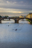 Arno door schemer Stock Foto