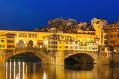 Arno en Ponte Vecchio bij nacht, Florence, Italië stock foto's