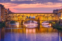Arno en Ponte Vecchio bij zonsondergang, Florence, Italië Royalty-vrije Stock Afbeeldingen