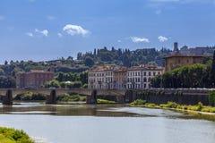 Arno flod och Florentine slottar Florence, Italien Royaltyfria Bilder