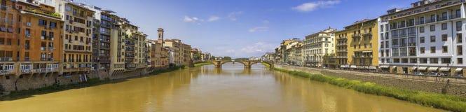 Arno flod och gammal bro i Florence, Firenze, Italia royaltyfria foton