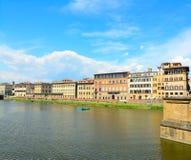 Arno flod på en solig dag i Florence Royaltyfri Foto