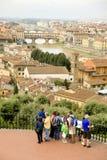 Arno flod som flödar till och med Florence, Italien Arkivbilder