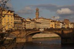 Arno och eleganta Ponte Santa Trinita, Florence, Italien Arkivbilder