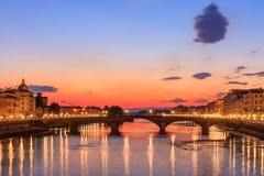 Arno River de Florence au crépuscule Images libres de droits