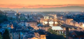 Arno River en Basiliek bij zonsondergang Florence, Italië stock fotografie