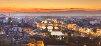 Arno River en Basiliek bij zonsondergang Florence, Itali? stock afbeeldingen