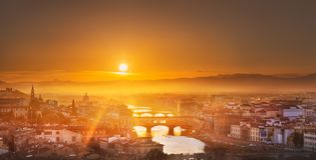 Arno River en bruggen bij zonsondergang Florence, Italië stock foto