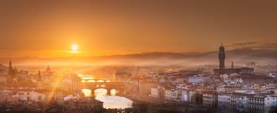 Arno River en bruggen bij zonsondergang Florence, Italië royalty-vrije stock foto