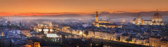 Arno River en bruggen bij zonsondergang Florence, Italië royalty-vrije stock foto's
