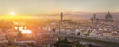 Arno River en Ponte Vecchio bij zonsondergang, Florence stock fotografie