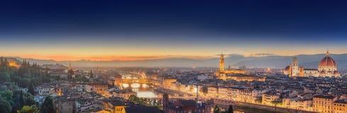 Arno River en Ponte Vecchio bij zonsondergang, Florence royalty-vrije stock fotografie