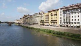 Arno River hermoso en la ciudad de Florencia - Toscana almacen de metraje de vídeo