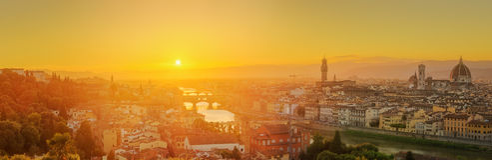 Arno River och Ponte Vecchio på solnedgången, Florence Fotografering för Bildbyråer