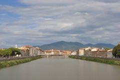 Arno River och strandbyggnader, Pisa Royaltyfri Bild
