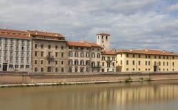 Arno River och strandbyggnader, Pisa Arkivfoton