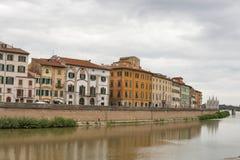 Arno River och strandbyggnader, Pisa Arkivbild