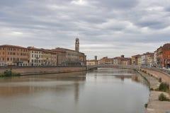Arno River och strandbyggnader, Pisa Royaltyfri Fotografi