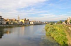 Arno River sikt med tornet Santa Croce för kyrklig klocka, Florence, Italien Arkivbild