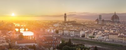Arno River y Ponte Vecchio en la puesta del sol, Florencia fotografía de archivo