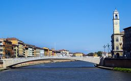 Arno rzeczny spływanie przez Pisa Obraz Stock