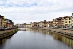 Arno rzeka i historyczni budynki w Pisa, Włochy obraz stock