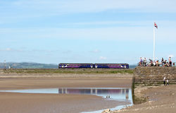 Arnside码头,在堤防的dmu火车对高架桥 免版税库存图片