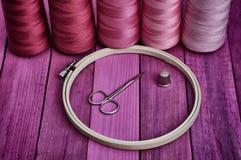 Aro con los hilos para coser y el bordado Foto de archivo libre de regalías
