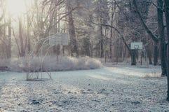 Aro de baloncesto abandonado de la calle en mañana escarchada del invierno Imágenes de archivo libres de regalías
