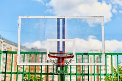 Aro de baloncesto afuera en el patio foto de archivo