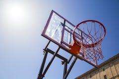Aro de baloncesto al aire libre con el cielo Foto de archivo