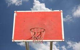 Aro de baloncesto al aire libre con el cielo azul Imagenes de archivo