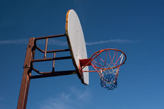 Aro de baloncesto americano contra el cielo azul Fotografía de archivo