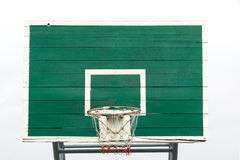 Aro de baloncesto - aro de baloncesto al aire libre y tablero trasero verde, tomados de una vista lateral inferior Aislado en fon foto de archivo