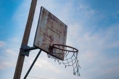 Aro de baloncesto arruinado viejo Imagen de archivo