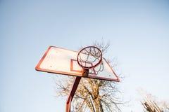 Aro de baloncesto, cielo azul Foto de archivo