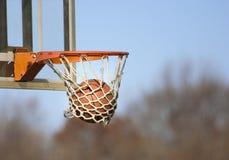 Aro de baloncesto con la bola fotos de archivo