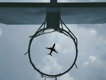 Aro de baloncesto con un avión imagen de archivo libre de regalías