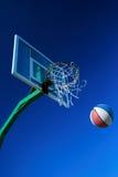 Aro de baloncesto contra un azul Foto de archivo libre de regalías