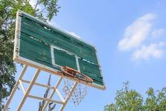 Aro de baloncesto desintegrado Imagenes de archivo
