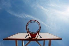 Aro de baloncesto en cielo azul Fotografía de archivo libre de regalías
