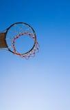 Aro de baloncesto en el cielo Foto de archivo libre de regalías