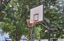Aro de baloncesto en el parque público Fotos de archivo libres de regalías