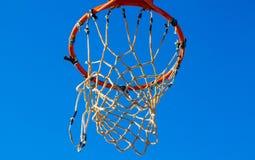 Aro de baloncesto justo después del tiroteo imagenes de archivo